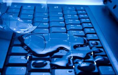 Пролил воду на ноутбук он выключился